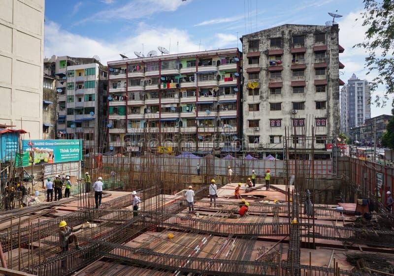 Travailleurs asiatiques travaillant au chantier de construction photographie stock libre de droits