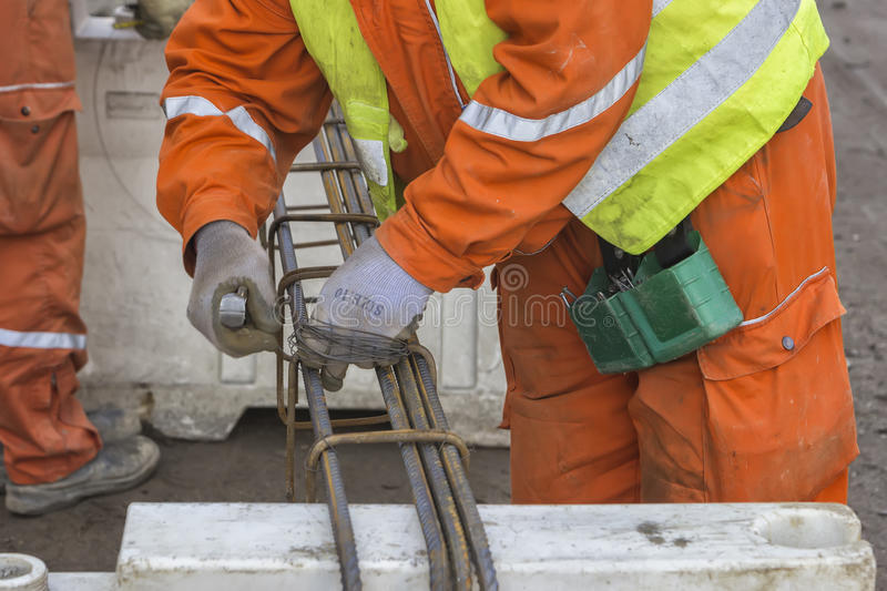 Travailleurs attachant le rebar photo stock
