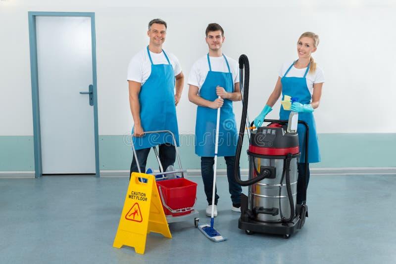 Travailleurs avec des équipements de nettoyage photos stock