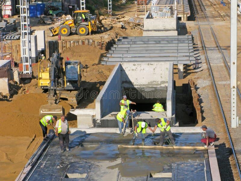 Travailleurs, chantier de construction, construction de gare et croisement souterrain image libre de droits