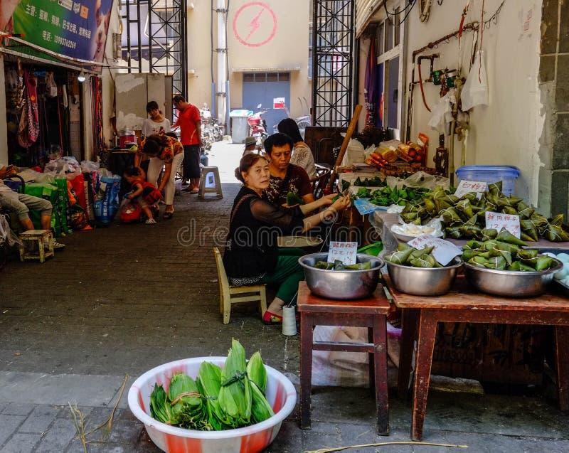 Travailleurs chinois préparant des légumes pour la vente en Chine sur la rue photo stock