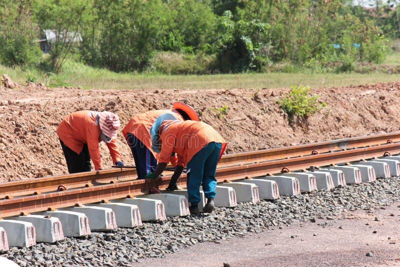 Travailleurs construisant un chemin de fer. images libres de droits