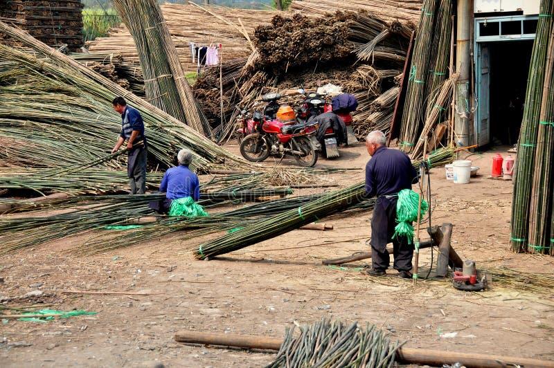 Pengzhou, Chine : Travailleurs à l'usine en bambou image stock
