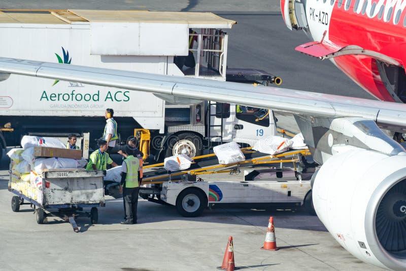 Travailleurs d'aéroport chargeant les approvisionnements de approvisionnement dans des avions photographie stock libre de droits