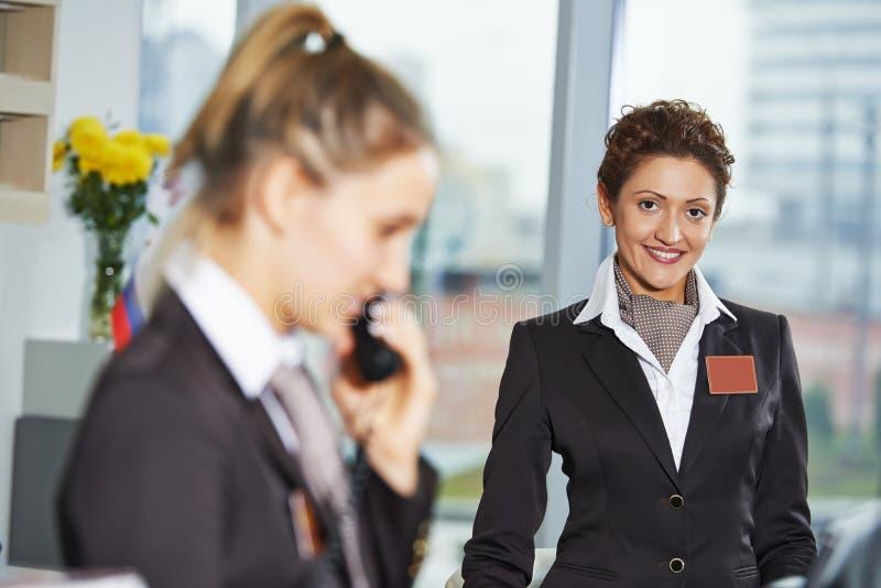 Travailleurs d'hôtel à la réception photo libre de droits