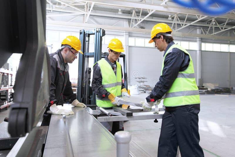 Travailleurs dans l'atelier de construction mécanique de commande numérique par ordinateur photos stock