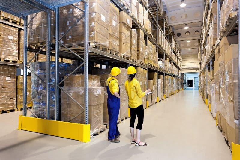 Travailleurs dans l'entrepôt photos stock