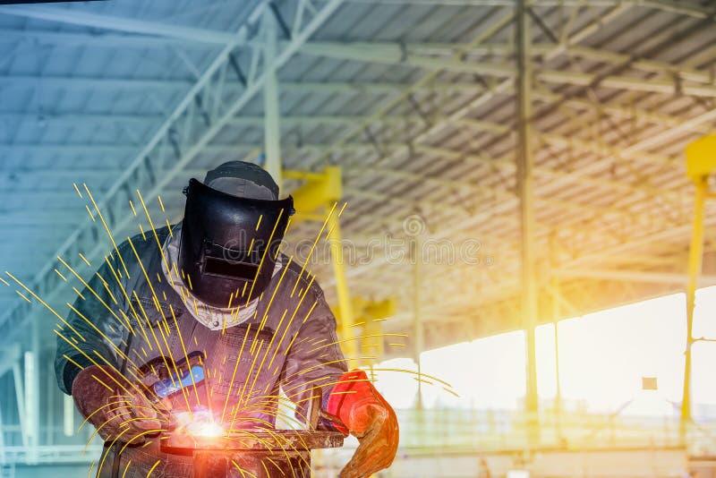 Travailleurs dans l'usine à la structure métallique de soudure d'usine photos stock