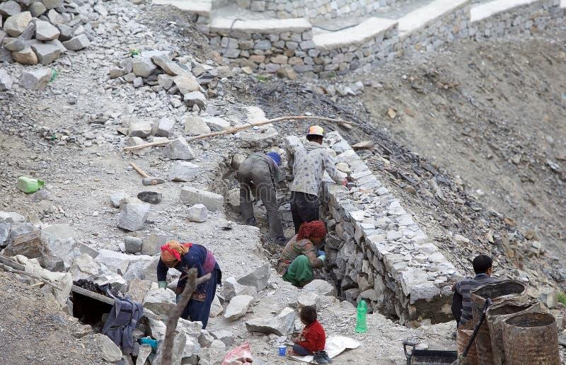 Travailleurs dans Ladakh, Inde photos libres de droits