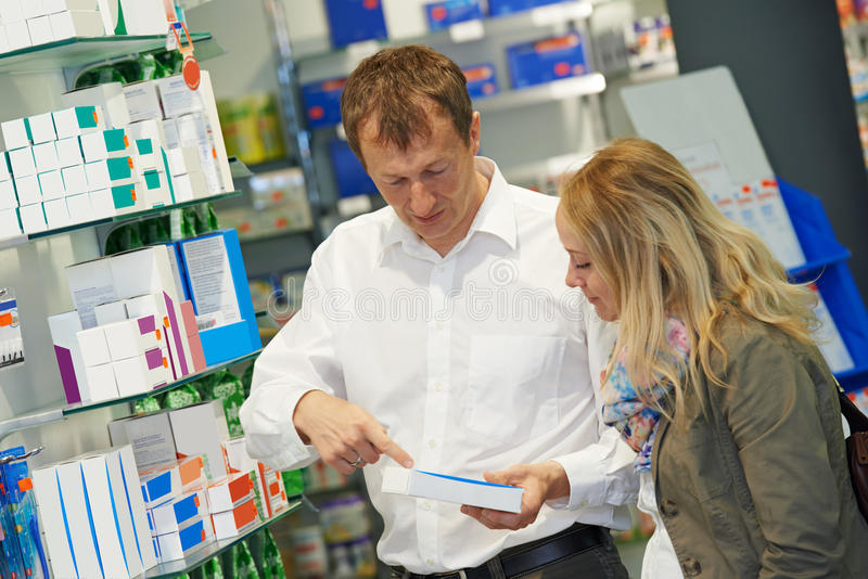 Travailleurs de chimiste de pharmacie dans la pharmacie images stock