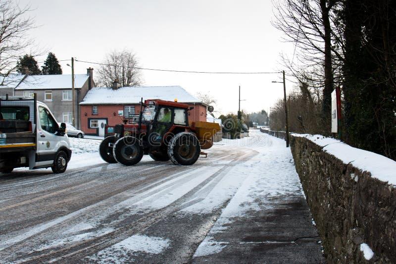 Travailleurs de conseil de Cork City disposant à grincer des routes pendant la tempête Emma, également connue sous le nom de bête image stock