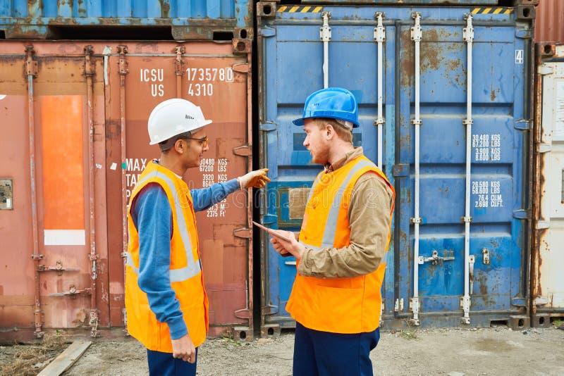 Travailleurs de dock discutant l'expédition photographie stock libre de droits