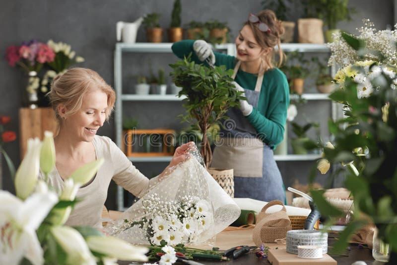 Travailleurs de fleuriste images stock