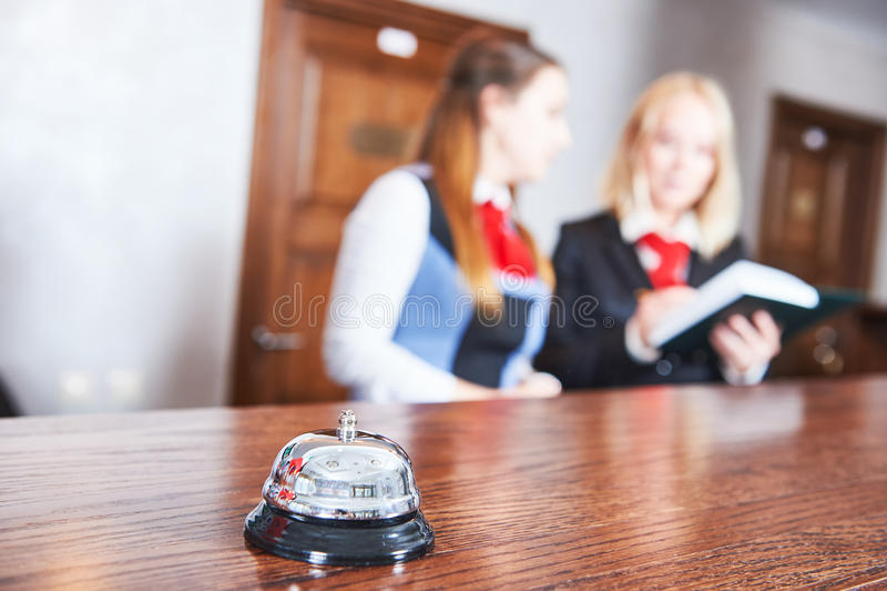 Travailleurs de frontdesk de réception d'hôtel photo stock