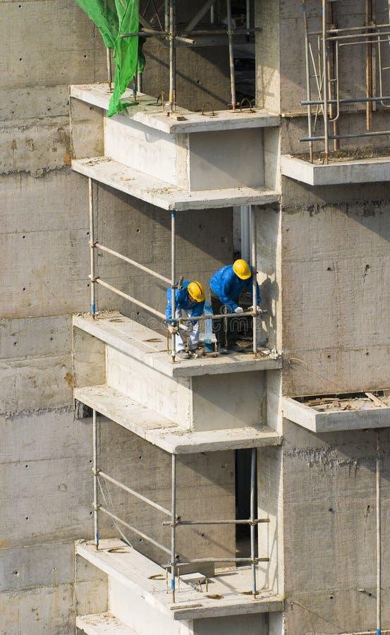 Travailleurs de la construction à haut-r photographie stock