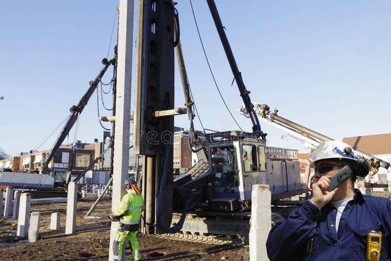 Travailleurs de la construction à l'intérieur de chantier photographie stock