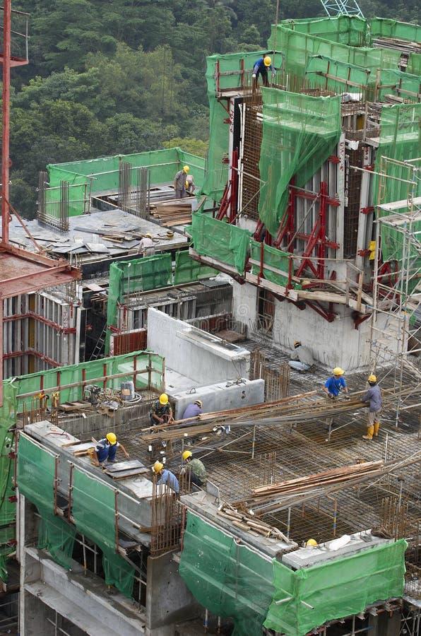 Travailleurs de la construction au gratte-ciel photos libres de droits