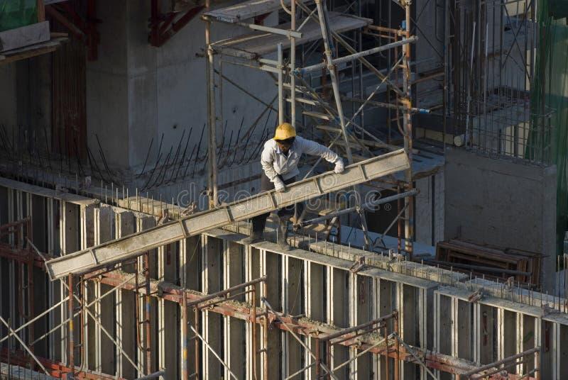 Travailleurs de la construction au gratte-ciel photographie stock libre de droits