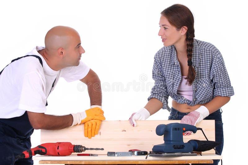 Travailleurs de la construction au travail image stock