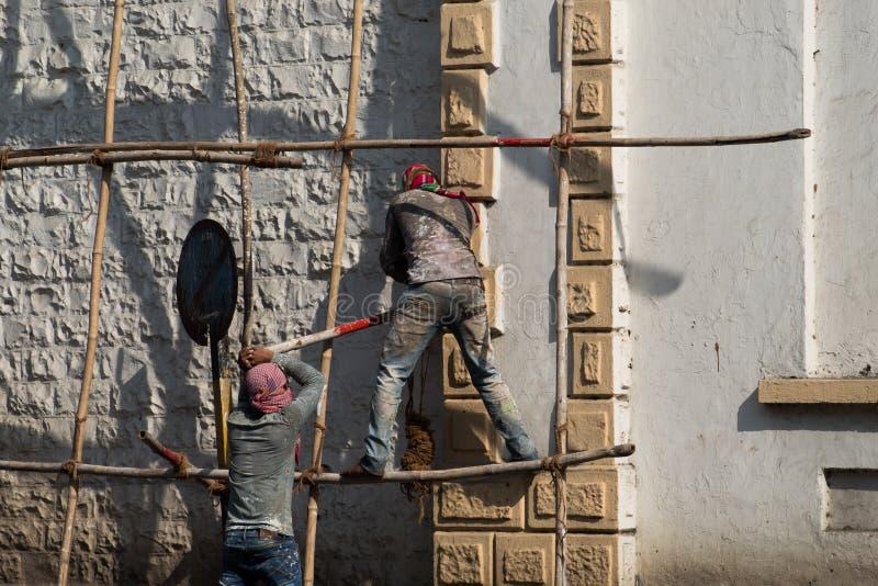 Travailleurs de la construction avec la sécurité très pauvre travaillant à un bâtiment dans Mumbai, Inde photos stock