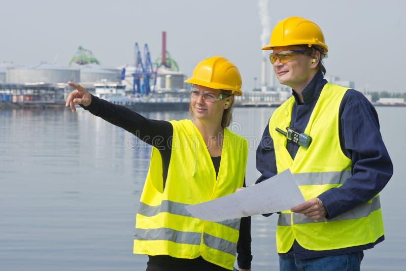 Travailleurs de la construction dans le port images libres de droits