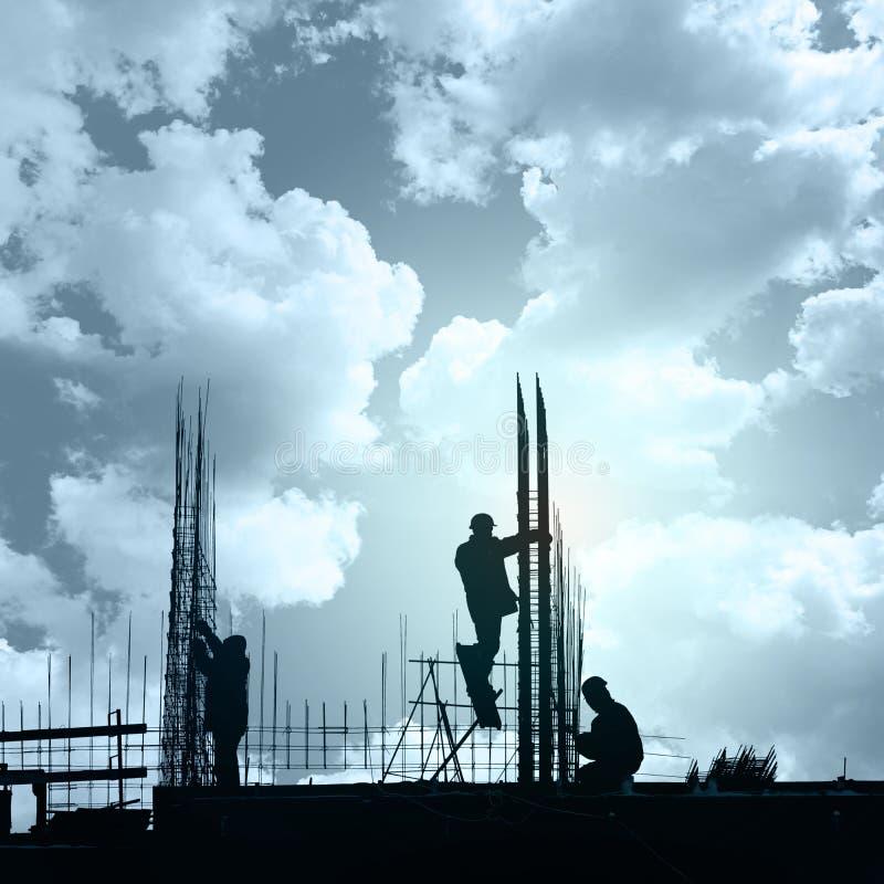 Travailleurs de la construction en vue du rebar obligatoire, lourd dedans image libre de droits