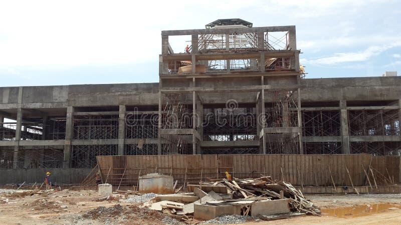 Travailleurs de la construction installant et fabriquant des travaux de forme de bois de construction au chantier de construction photo stock