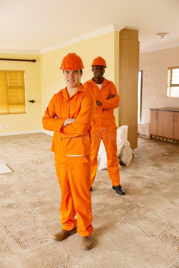 Travailleurs de la construction rénovant photo stock