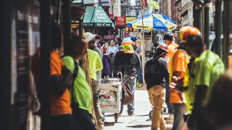 Travailleurs de la construction sur une rue photos stock