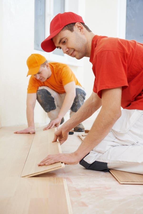 Travailleurs de parquet au travail de plancher photos libres de droits