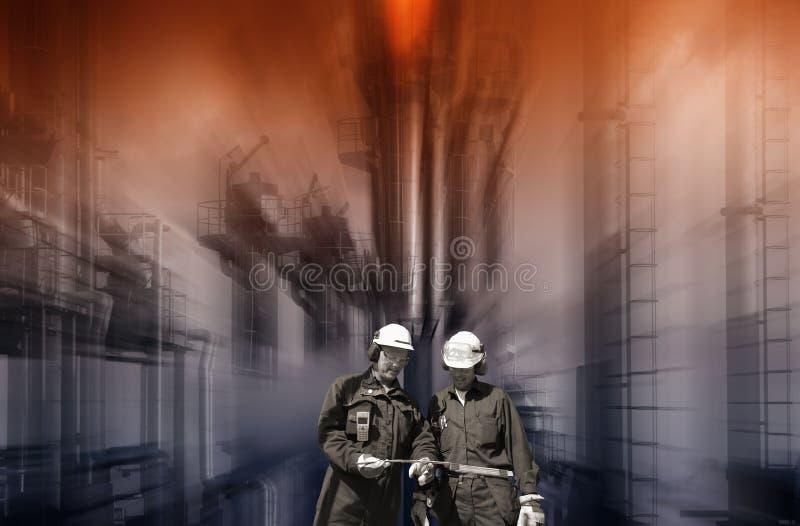 Travailleurs de raffinerie avec la grande industrie chimique photos libres de droits