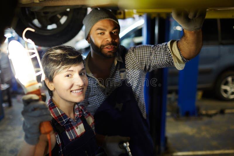 Travailleurs de service de voiture photo libre de droits