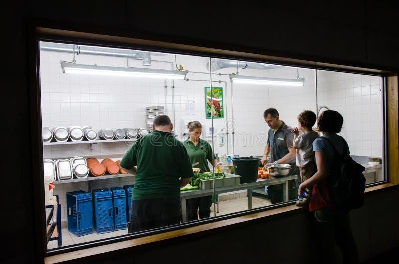 Travailleurs de zoo préparant des repas pour les animaux chez Berlin Zoo photo stock