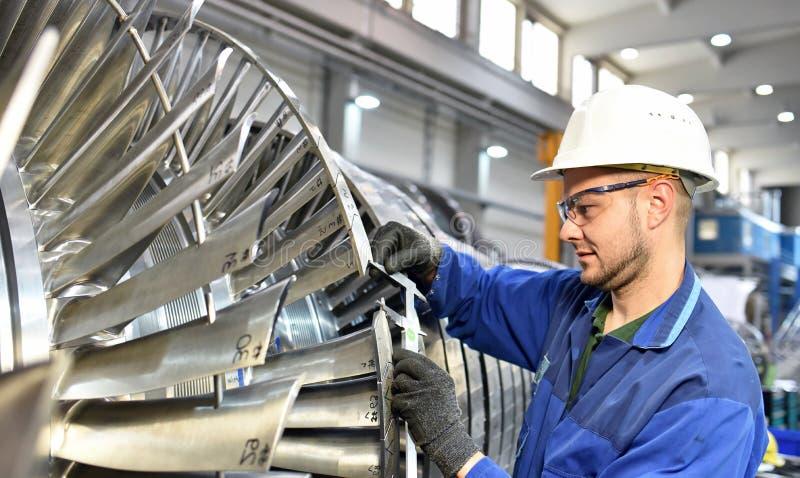 Travailleurs fabriquant des turbines à vapeur dans une usine industrielle images libres de droits