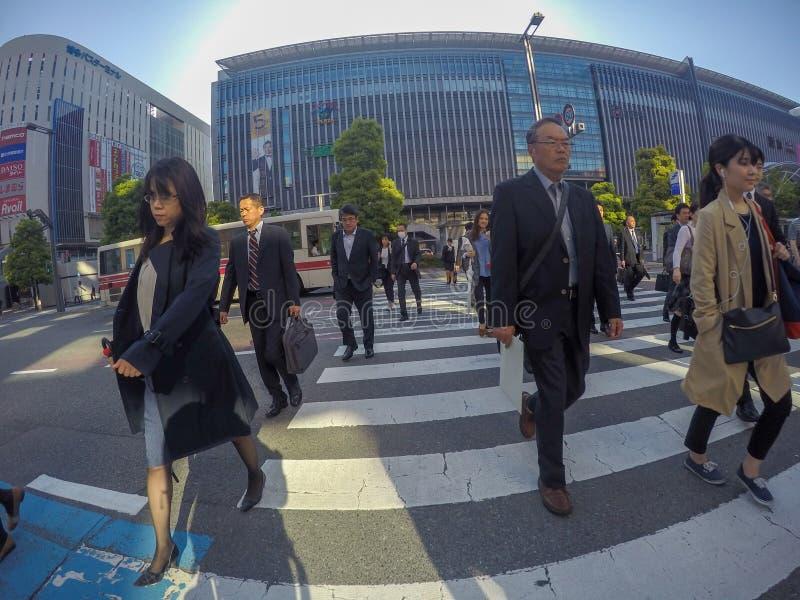 Travailleurs japonais traversant la route pendant le jour occupé dedans pour photo stock