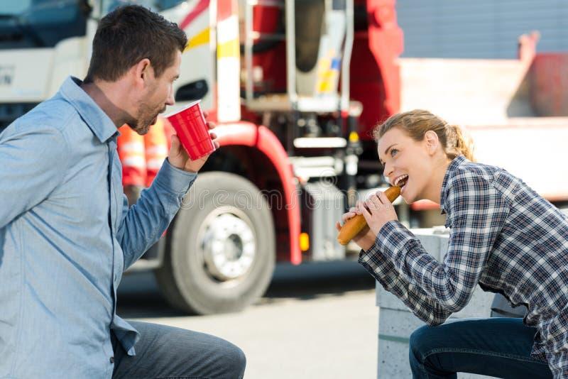 Travailleurs mangeant le déjeuner dehors images stock