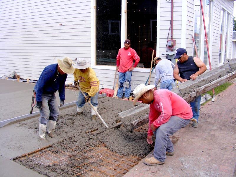 Travailleurs mexicains versant le ciment photos libres de droits