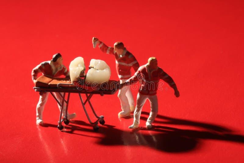 Travailleurs miniatures exécutant des procédures dentaires Bureau dentaire AR photos libres de droits