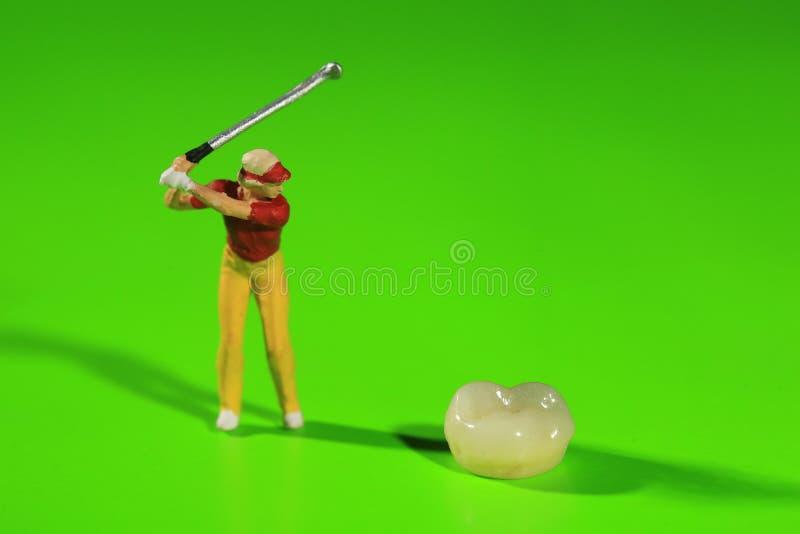 Travailleurs miniatures exécutant des procédures dentaires Bureau dentaire AR photographie stock