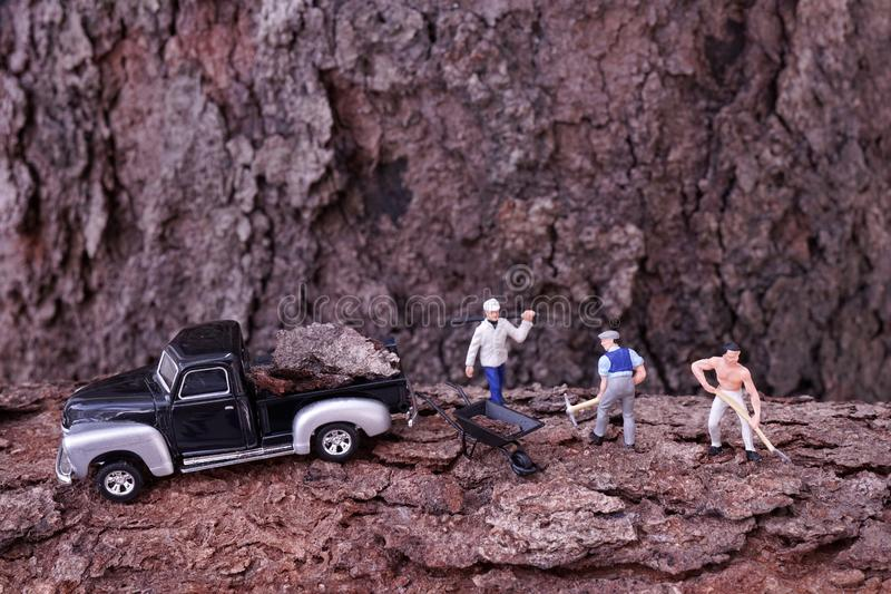 Travailleurs miniatures travaillant à la montagne photographie stock libre de droits