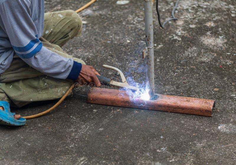 Travailleurs peu sûrs non utilisés le gant, la sécurité en verre et les chaussures de sécurité à temps où ils fonctionnent image libre de droits