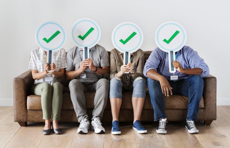 Travailleurs reposant et tenant des icônes de coutil image libre de droits