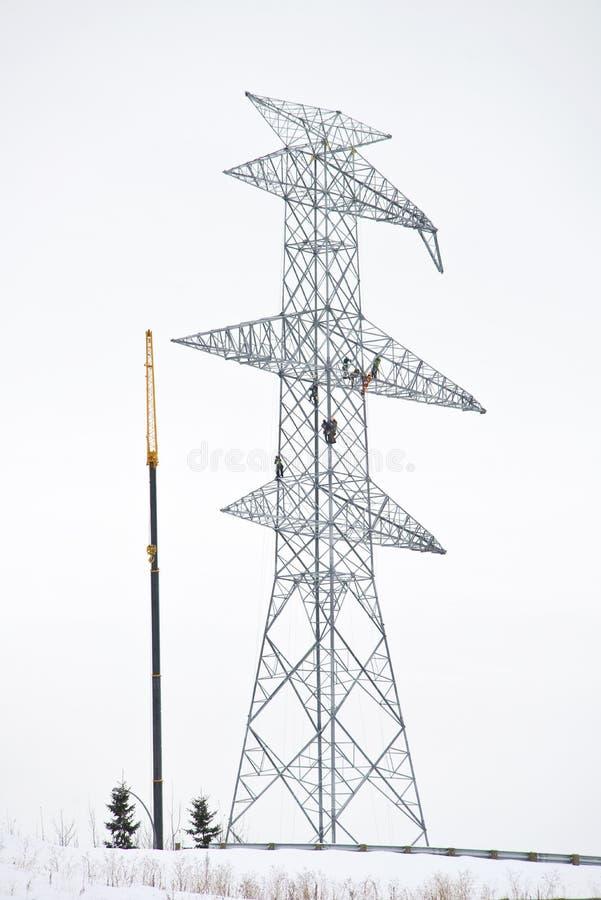 Travailleurs sur la tour électrique photographie stock