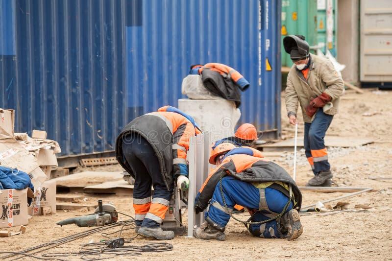 Travailleurs sur le chantier de construction de l'usine de gaz photos libres de droits