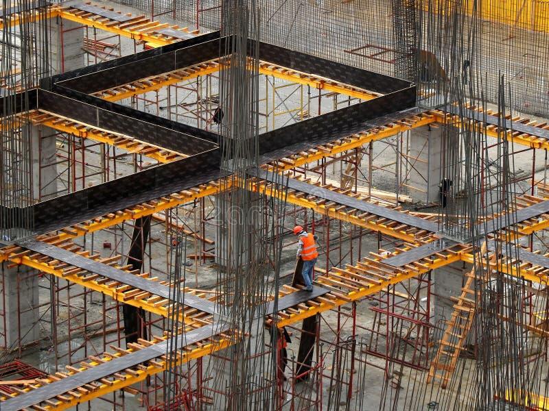 Travailleurs travaillant sur des chantiers de construction modernes photos libres de droits
