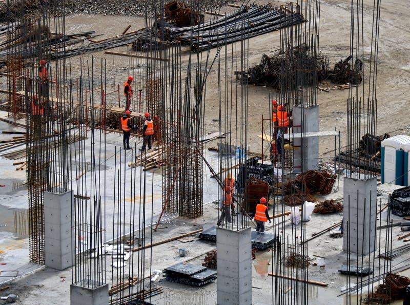 Travailleurs travaillant sur des chantiers de construction modernes image stock