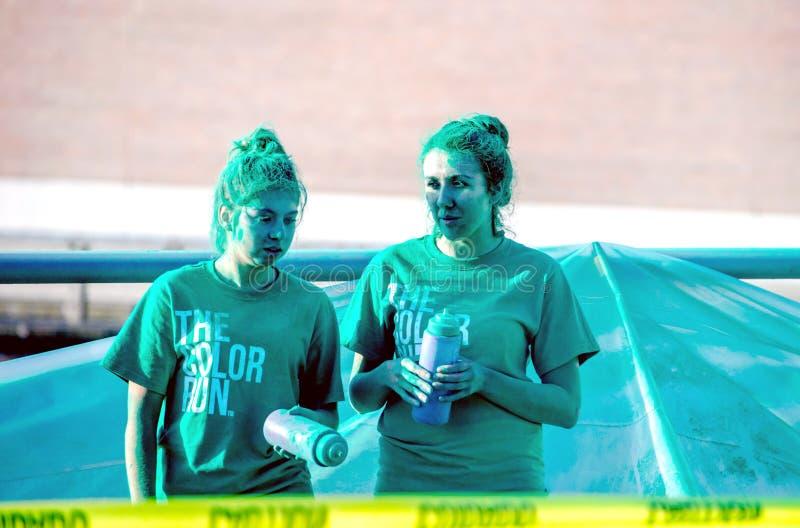 Travailleurs verts dans une course de course de couleur photo stock