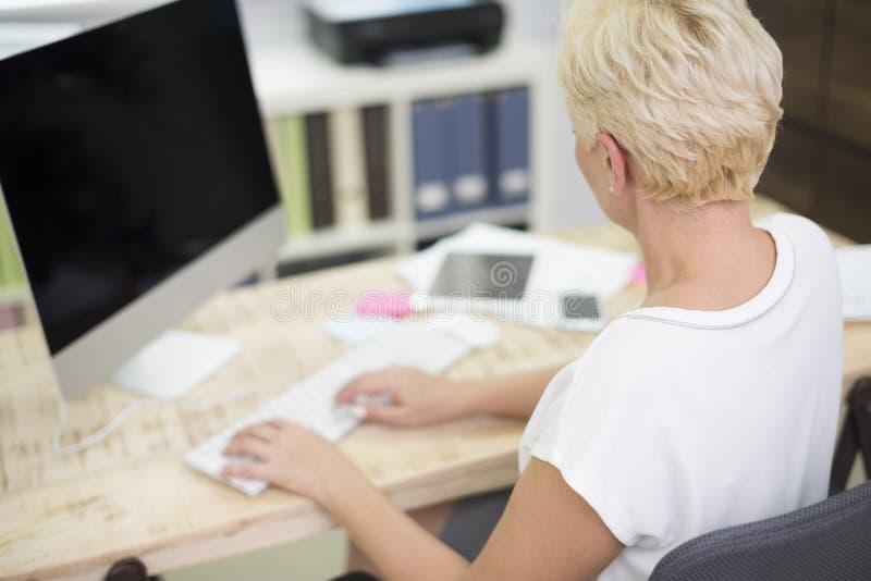 Travailleuse active dans le bureau photo libre de droits