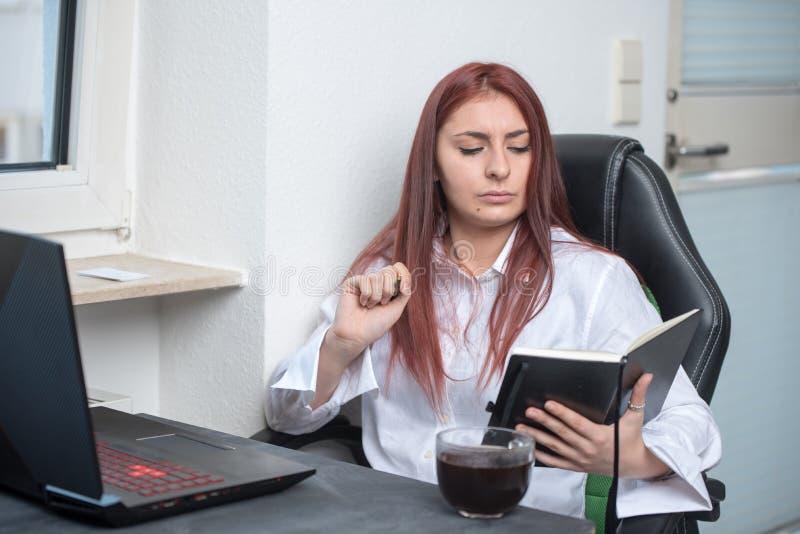 Travailleuse active de siège social, petite entreprise photo stock