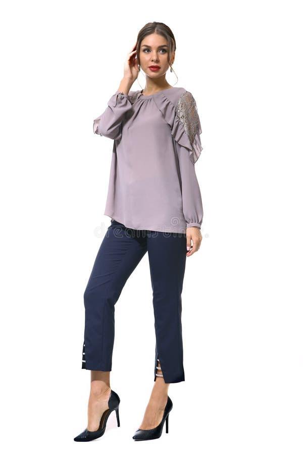 Travaillez comme employé la femme d'affaires de directeur dans le chemisier formel et des pantalons courts photographie stock libre de droits